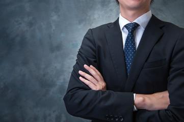 腕を組むビジネスマン