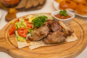 Шашлык из свинины с соусом и овощами