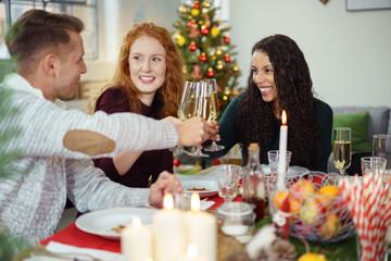 freunde feiern weihnachten und stoßen mit sekt an