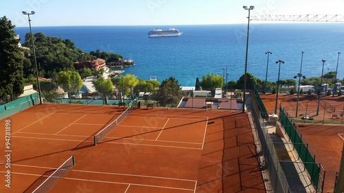 terrain de tennis avec vue sur la mer m diterran e photo libre de droits sur la banque d. Black Bedroom Furniture Sets. Home Design Ideas