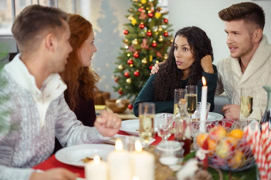freunde unterhalten sich beim weihnachtsessen