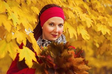 Obraz A woman among the colorful leaves - fototapety do salonu