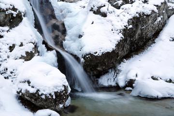 Vista di un ruscello con cascata