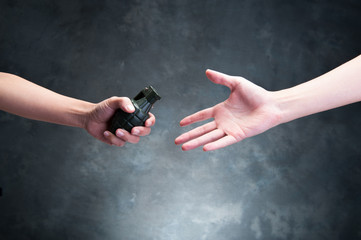 爆弾を受け取る人間の手