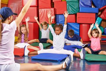Kinder beim Kinderturnen in der Vorschule