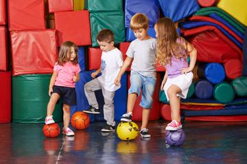 Kinder spielen mit Bällen Fußball