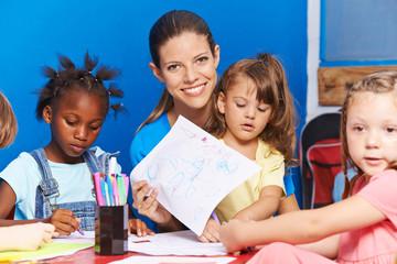 Erzieherin zeigt Bild aus Kindergarten