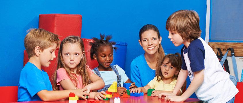 Kinder spielen mit Bausteinen im Hort