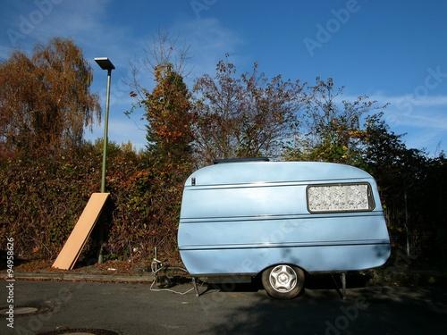 Gardinen Bielefeld blau schimmernder wohnwagen mit gardinen am fenster in bielefeld
