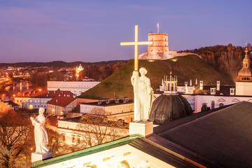 Fototapete - Vilnius, Lithuania: Sculptures on Roof of Cathedral and Upper Castle