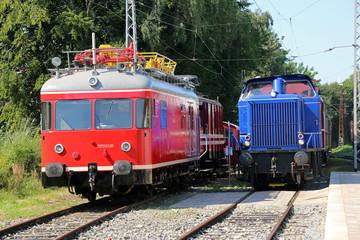 Wall Mural - Turmtriebwagen und Diesellokomotive