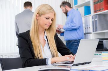 junge mitarbeiterin arbeitet am notebook