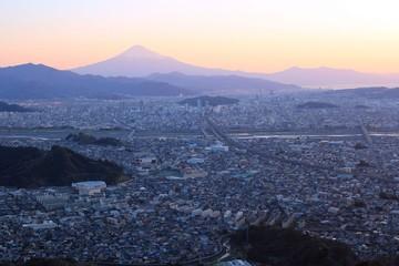静岡市の街並みと富士山