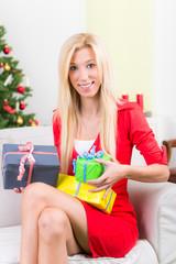 frau ist glücklich über die weihnachtsgeschenke