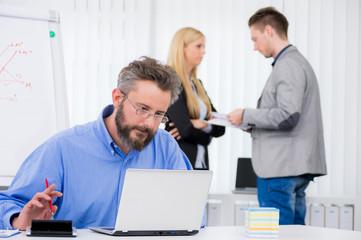 manager sitzt konzentriert am arbeitsplatz
