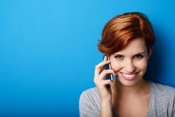 sympathische frau telefoniert mit ihrem smartphone