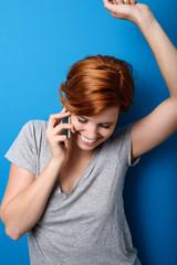 frau telefoniert und freut sich über gute nachrichten