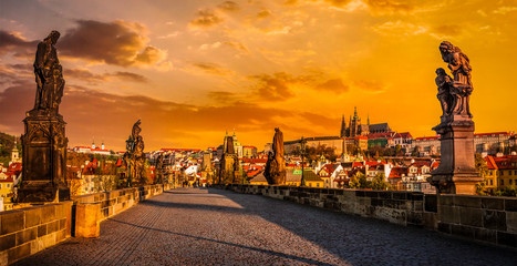 Fototapeten Prag Charles bridge and Prague castleon sunrise