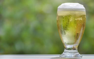 Una cerveza fría espumosa en una copa de cristal. Close up.