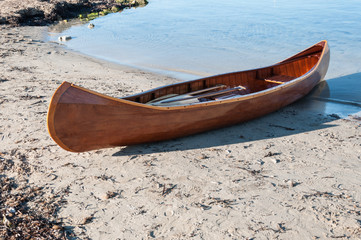 Canoa de madeera en una playa de Mallorca