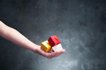 小さいプレゼントボックスを持っている人間の手