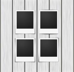 Vier Fotorahmen auf Holz