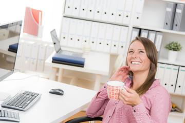 glücklich lachende frau am arbeitsplatz