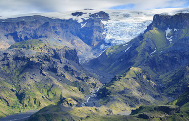 Fotomurales - Volcanic, green mountain landscape on the south of Iceland.