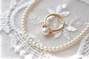 真珠のリングとネックレス