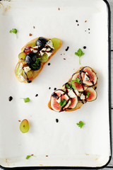 bruschetta with grapes and fig