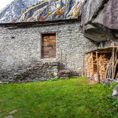 Val di Mello - Val Masino (IT) - Antica casa rurale con legnaia