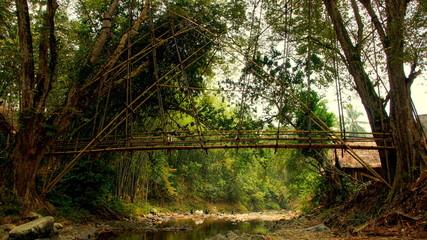 kunstvolle, lange Bambusbrücke überspannt Fluss in West-Java beim Stamm der Baduy