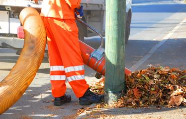Straßenreinigung im Herbst, Laubsauger
