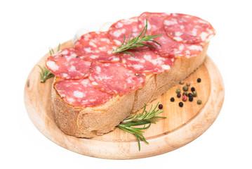 Pane e salame su fondo bianco