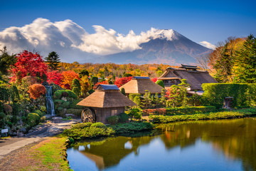 Mt. Fuji and Traditional Village in Oshinohakkai, Japan. Fototapete