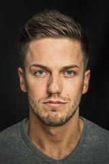 Männergesicht mit blauen Augen und dreitage Bart
