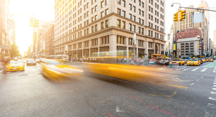 Tuinposter New York TAXI Busy road intersection in Manhattan, New York, at sunset