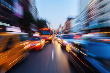 Bild mit kreativem Zoomeffekt vom nächtlichen Straßenverkehr in der Großstadt