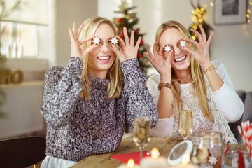 freundinnen haben spaß beim weihnachtsfest