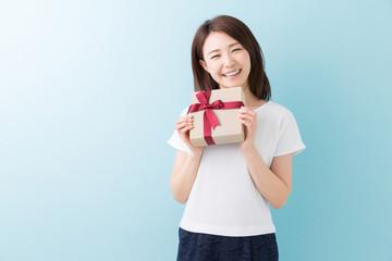 プレゼントを持つ女性 笑顔