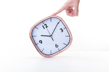 掛け時計を持っている手,白背景