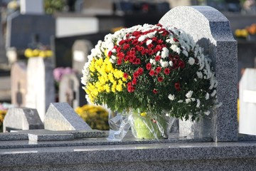 Tombes fleuries au cimetière à la Toussaint