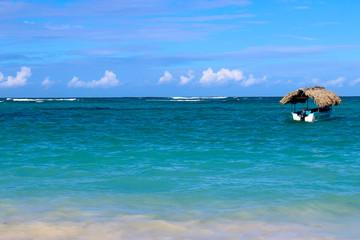 Лазурное море, голубое небо и одинокая яхта