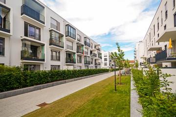 Neue moderne Mehrfamilienhäuser in der Stadt