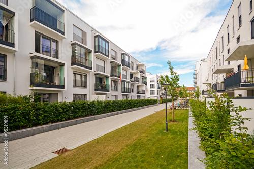 Moderne Mehrfamilienhäuser Bilder neue moderne mehrfamilienhäuser in der stadt stockfotos und