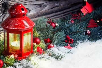 Laterne in Weihnachtsdekoration