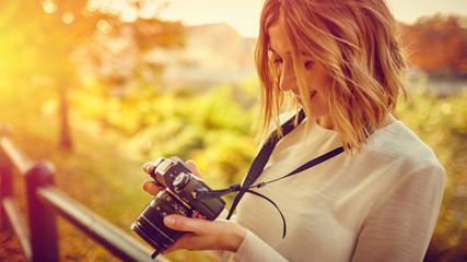 Ragazza bionda con mirrorless fotografa