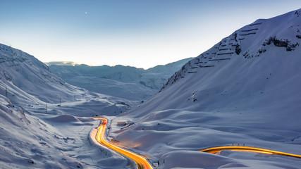 Wintermärchen am Julierpass, Strasse im Winter, Schnee in den Alpen, Schweiz