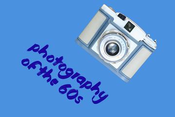 Alte Kamera aus den 60er Jahren mit blauem Hintergrund