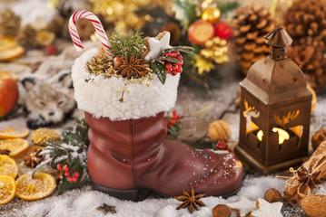 Weihnachtliches Stillleben zu Nikolaus mit typischem Nikolausstiefel mit Geschenken